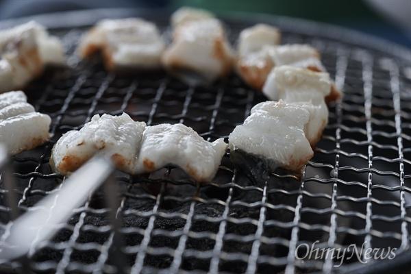 '아나고'라고 알려져 있는 붕장어는 오돌오돌한 식감과 고소한 맛 때문에 생선회 입문용으로 사람들이 많이 찾는다.