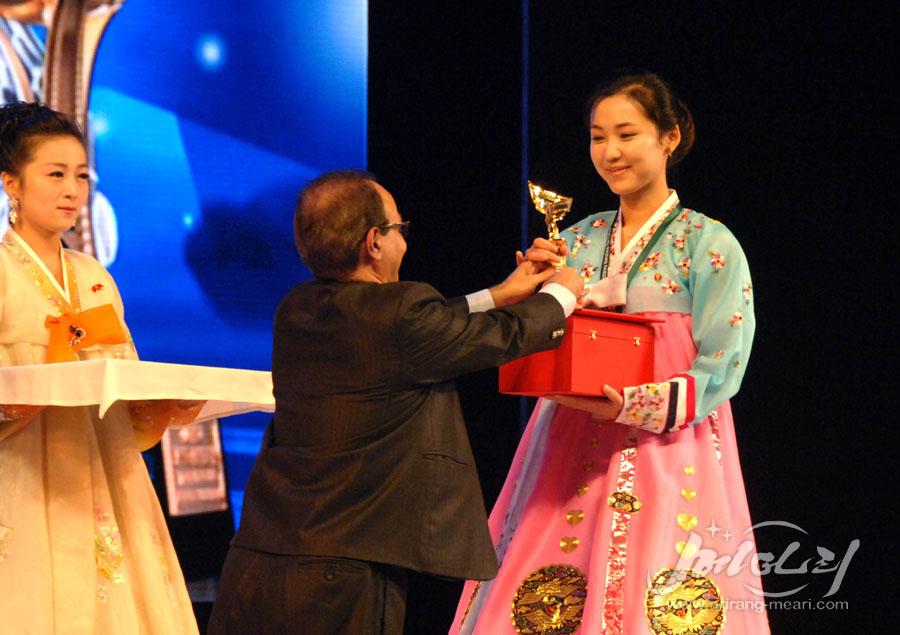 2016년 평양국제영화축전에서 <우리집 이야기>로 여배우 연기상을 수상하고 있는 백설미 배우