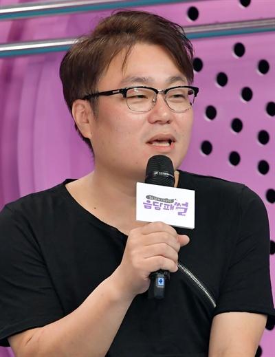 10일 서울 목동에서 열린 SBS PLUS <음담패썰> 기자간담회에서 서동운 PD가 질문에 답변하고 있다.