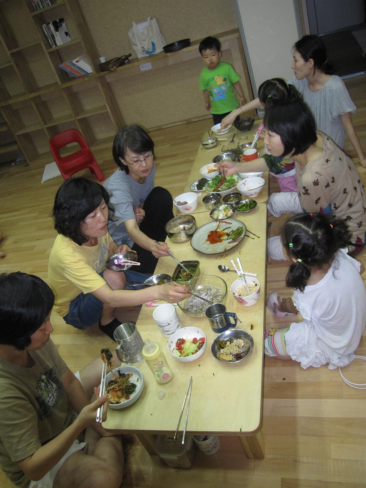 이웃과 함께 따뜻한 저녁식사가 제공되는 공동부엌 공동부엌에서 함께하는 저녁식사