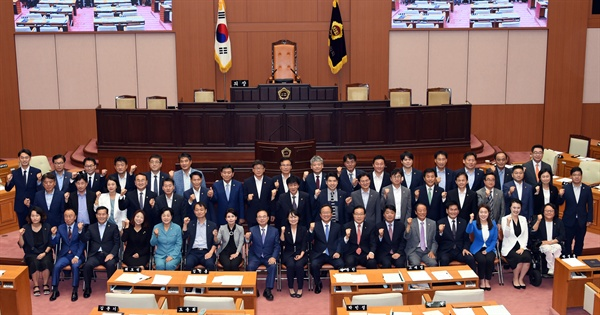 10일 개원한 8대 시의회에서 박인영 의장을 비롯한 시의원들과 오거돈 부산시장, 김석준 부산교육감 등이 함께 기념 사진을 찍고 있다.