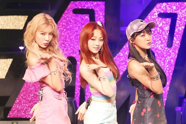 구구단 세미나 구구단의 유닛그룹 세미나가 10일 오후 서울 송파구 올림픽공원에서 싱글앨범 < SEMINA > 발매 기념 쇼케이스를 열었다. 세정, 미나, 나영으로 구성된 세미나의 타이틀곡은 '샘이나'다.