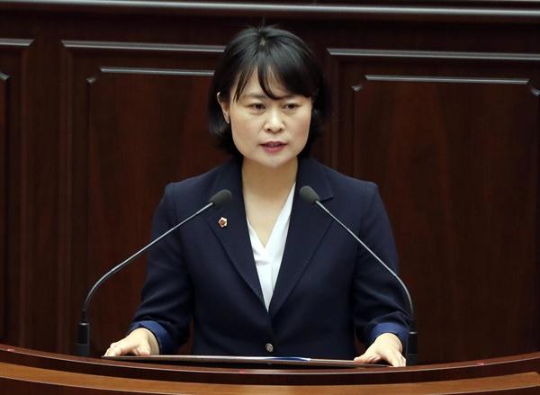 10일 오전 부산시의회 본회의장에서 제8대 부산시의회 전반기 의장으로 선출된 더불어민주당 박인영 의원(41·여·초선)이 인사말을 하고 있다.