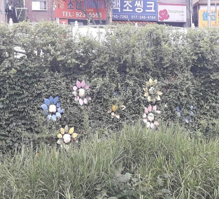 풀숲에 가려진 성북천의 조형물