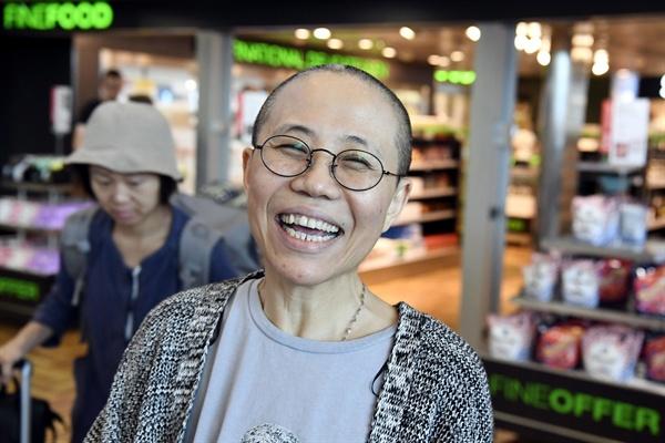 웃음 되찾은 류샤 중국 인권운동가이자 노벨평화상 수상자 류샤오보의 부인 류샤가 10일(현지시간) 핀란드 헬싱키 국제공항에 도착, 활짝 웃고 있다.