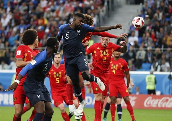 [월드컵] 프랑스-벨기에 4강전 11일 오전 3시 러시아 상트페테르부르크 스타디움에서 벌어진 2018 FIFA(국제축구연맹) 월드컵 벨기에와의 준결승전에서 프랑스-벨기에 선수들이 골다툼을 벌이고 있다.