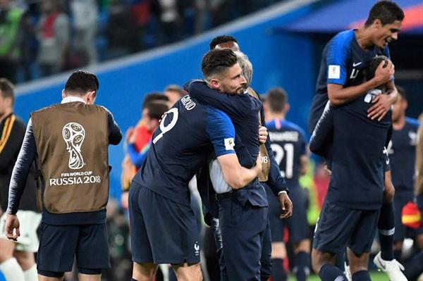 11일 오전 3시(한국 시각) 러시아 상트페테르부르크 스타디움에서 진행된 2018 FIFA 월드컵 4강전 프랑스와 벨기에의 경기에서 결승에 진출한 프랑스 대표팀 선수들이 얼싸안고 즐거워하고 있다.