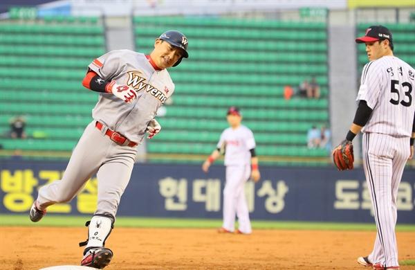 3점 홈런 날린 SK 김강민 10일 서울 잠실야구장에서 열린 프로야구 SK와이번스-LG트윈스 경기 2회초 1사 1,2루에 3점 홈런을 때린 SK 김강민(왼쪽)이 3루를 돌고 있다.