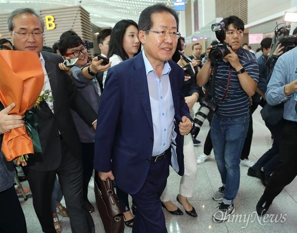 출국하는 홍준표 6.13 지방선거 패배의 책임을 지고 물러난 홍준표 전 자유한국당 대표가 11일 오후 인천국제공항 제2여객터미널을 통해 출국하고 있다.
