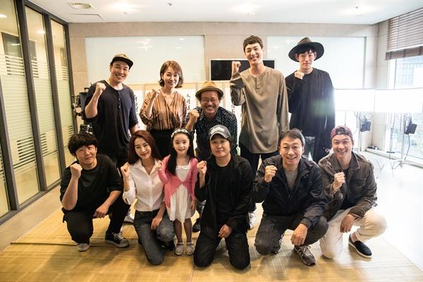 목격자 오는 8월 15일 개봉하는 영화 <목격자>의 제작보고회가 11일 오전 서울 압구정CGV에서 열린 가운데, 배우 이성민, 김상호, 진경, 곽시양과 조규장 감독이 참석했다.