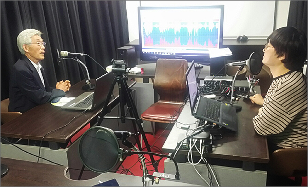 10일 오후 팟캐스트 '아는것이힘이다' 스튜디오에서 영국 BBC라디오 'Witness(목격자)'와 인터뷰를 하고 있는 산내학살사건 유족 이계성(79, 왼쪽)씨와 다큐 '세상에서 가장 긴 무덤:골령골 이야기'를 제작한 정진호 PD.