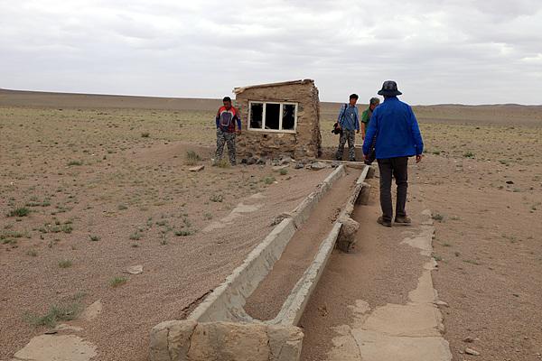 말라비틀어진 급수전. 몇년전 왔을 땐 유목민들이 펌프질해 가축이 마실물을 공급했는데 가뭄이 들어 말랐다고 한다