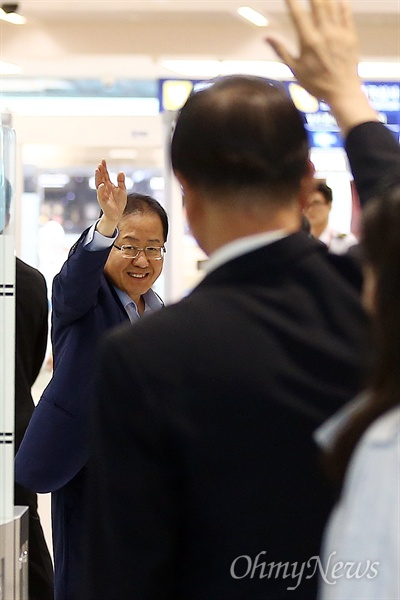6·13지방선거 참패의 책임을 지고 사퇴한 홍준표 전 자유한국당 대표가 11일 오후 인천국제공항을 통해 미국 로스앤젤레스로 출국하고 있다.