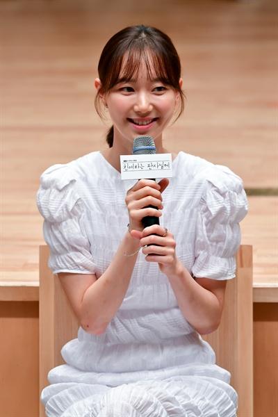 11일 서울 목동 SBS 사옥에서 진행된 드라마 <친애하는 판사님께> 기자간담회에서 배우 이유영이 기자들의 질문에 답하고 있다.