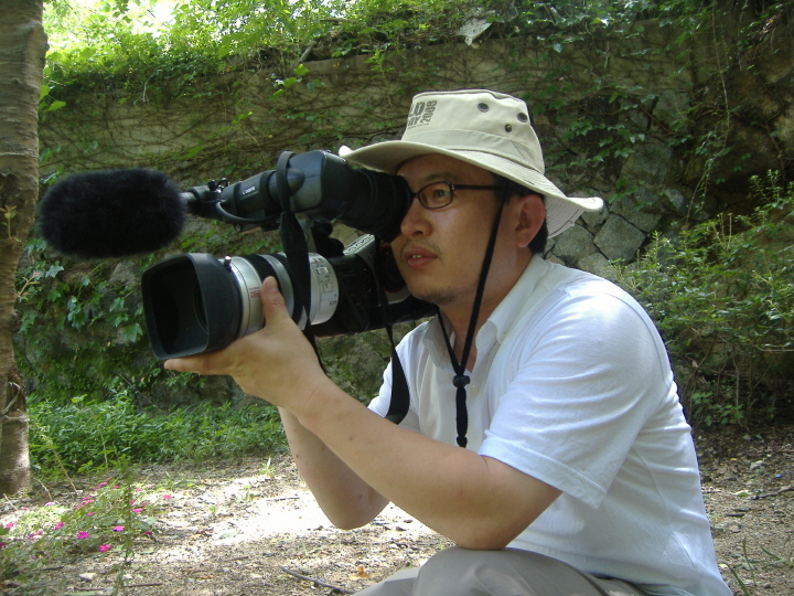 매미 다큐멘터리 촬영 현장 다큐멘터리 '매미, 여름 내내 무슨 일이 있었을까'는 7년간 촬영되었고 10년만에 완성되어 현재 여러 VOD플랫폼에서 상영되고 있다. 사진은 저자이자 감독 박성호