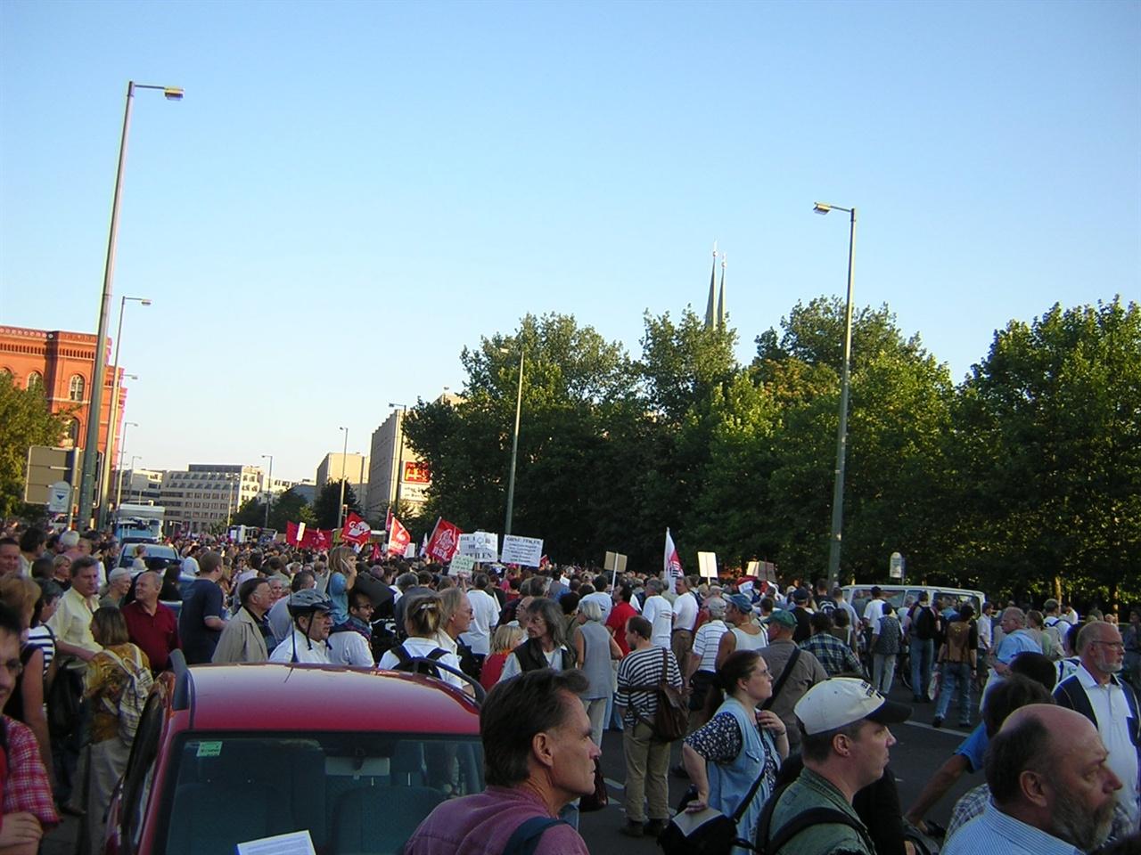 2000년대 초반 노동정책개혁 반대시위에 참여한 구동독주민 모습.