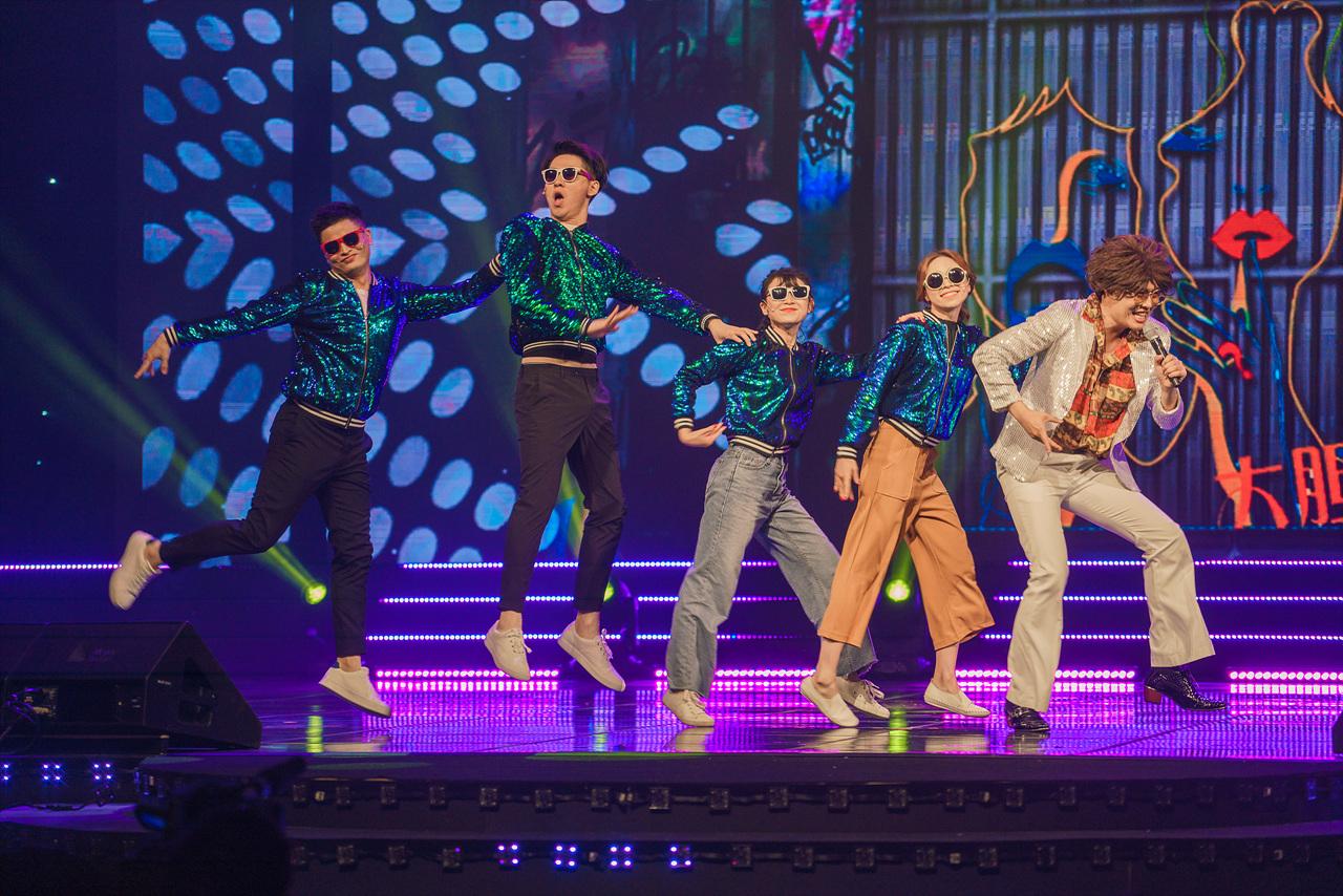 <미스터 앤 미시즈 싱글> 팀이 극 중에 등장하는 코믹한 노래로 축하 공연을 펼치고 있다.