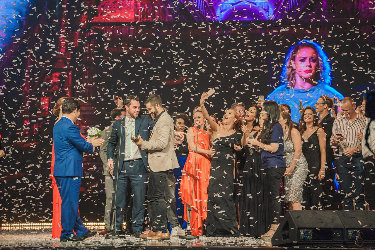 제12회 DIMF어워즈 대상을 수상한 <플래시댄스> 팀이 무대 위에서 기뻐하고 있다.