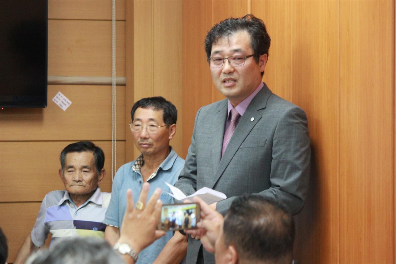 지곡면 발전협의회 사무국장이 기자들의 질문에 부연 설명을 하고 있는 모습