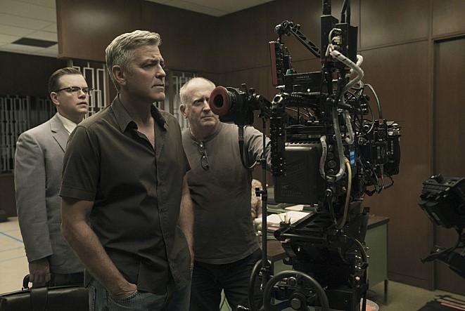 영화 <서버비콘> 스틸 컷. 코엔 형제 각본을 연출한 조지 클루니의 모습.