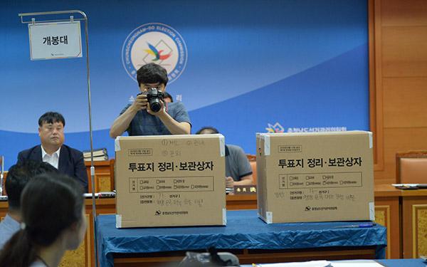 선관위의 재검표가 시작되기전 투표함이 개표대 위에 올려졌다.