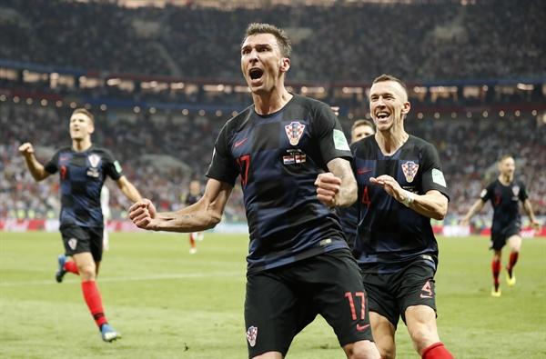 2018년 7월 12일 오전 3시(한국시간) 러시아 월드컵 준결승 크로아티아와 잉글랜드의 경기. 크로아티아의 마리오 만주키치가 결승골을 득점한 뒤 환호하고 있다.