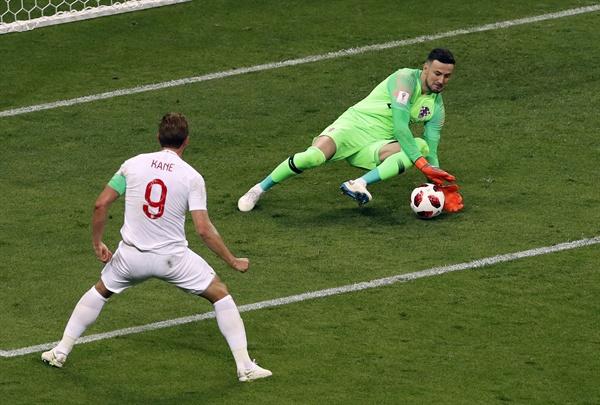 2018년 7월 12일 오전 3시(한국시간) 러시아 월드컵 준결승 크로아티아와 잉글랜드의 경기. 크로아티아의 골키퍼 다니엘 수바시치가 잉글랜드 해리 케인의 슛을 막아내고 있다.