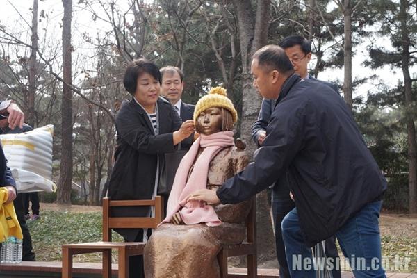 2017년 3월 1일 오전 11시 대구평화의소녀상건립 범시민추진위원회(대구소녀상추진위)는 대구시 중구 2.28기념중앙공원 앞 인도에 '평화의 소녀상'을 임시로 설치했다.