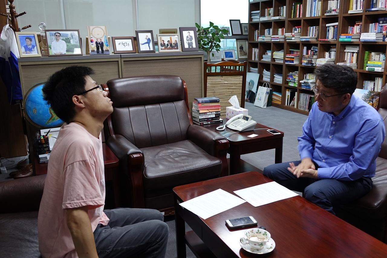 이철희 더불어민주당 의원이 <오마이뉴스>와 인터뷰를 하고 있다.