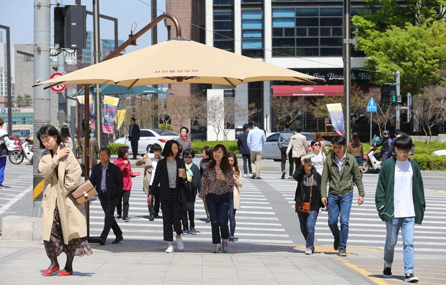 서리풀원두막 서초구의 대표적 생활밀착형 행정으로 횡단보도나 교통섬 등에 세워 자외선을 막아주는 우산 모양의 대형그늘막