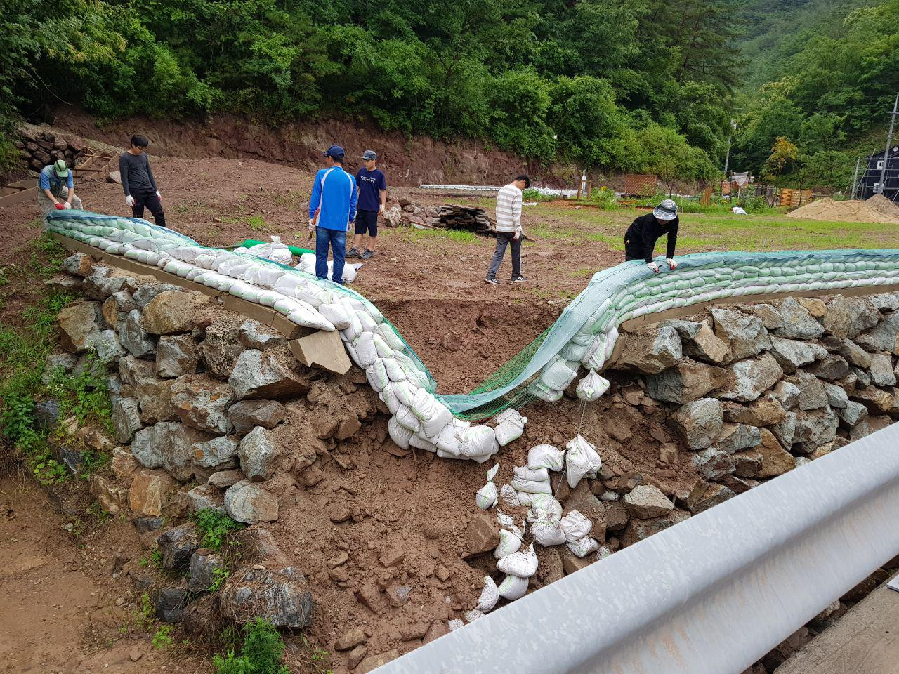 석축이 무너지면서 땅이 허물어졌다.
