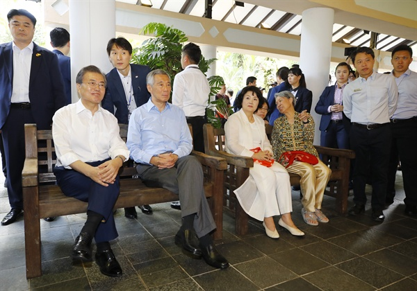 싱가포르를 국빈 방문 중인 문재인 대통령과 리셴룽 총리가 12일 오후 국립식물원 한-싱 유네스코 페스티벌장에서 영부인들과 함께 양국 세계문화유산과 관련한 사진과 영상을 관람하고 있다.