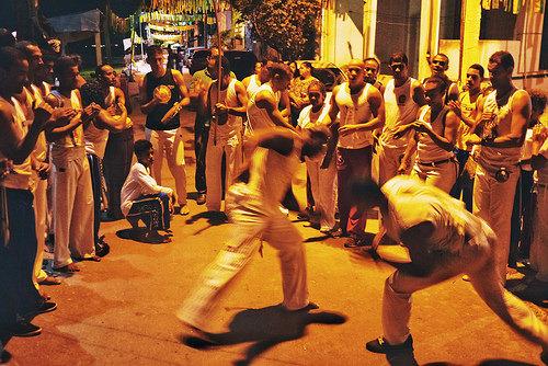 카포에라는 남아메리카 브라질의 전통 무술. 흑인 노예들이 자신을 보호하기 위해 호신 수단으로 개발했다고 알려진다 ⓒ김은덕,백종민