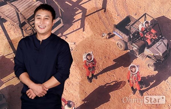 '갈릴레오: 깨어난 우주' 김병만, 화성이라고! 개그맨 김병만이 12일 오후 서울 용산CGV에서 열린 tvN 블록버스터 SF 리얼리티 <갈릴레오: 깨어난 우주> 제작발표회에서 포토타임을 갖고 있다. <갈릴레오: 깨어난 우주>는 국내에 공개된 적 없는 미국 유타주의 MDRS(Mars Desert Research Station/화성 탐사 연구 기지)에서 갈릴레오 크루가 196기로 활동하며 화성인으로서의 생존에 도전하는 프로그램이다. 15일 일요일 오후 4시 40분 첫 방송.