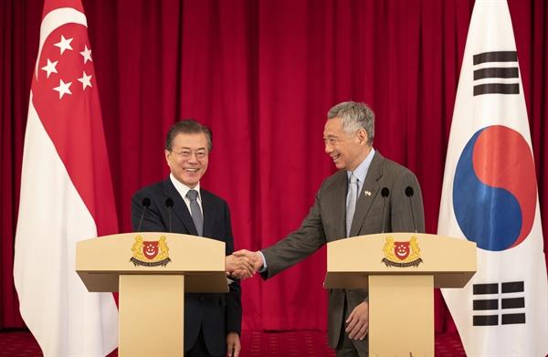 악수하는 한-싱가포르 정상 싱가포르를 국빈 방문 중인 문재인 대통령과 리셴룽 총리가 12일 오후 대통령궁인 이스타나에서 한·싱가포르 공동언론 발표를 마치고 악수하고 있다.