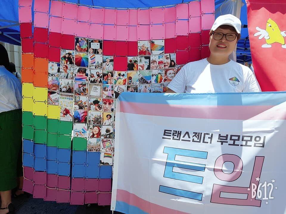 대구 퀴어문화축제에 참가한 '트임' 운영위원 '라라'씨가 깃발을 들고 웃고 있다.