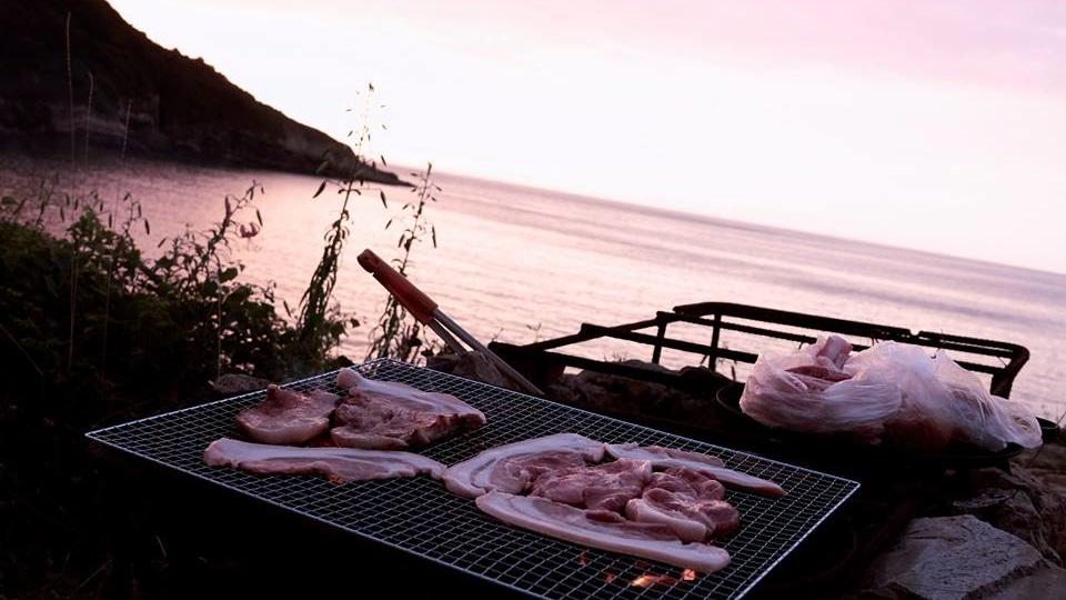 노을 노을이 지는 저녁시간, 숯불에 고기 굽고 저녁준비를 했다