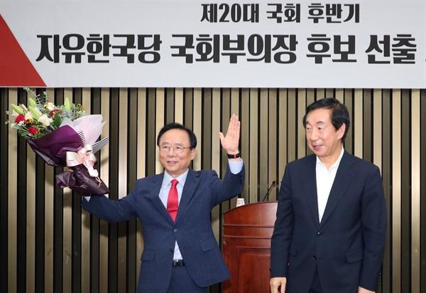 20대 국회 후반기 국회부의장 후보에 선출된 자유한국당 이주영 후보(왼쪽)가 김성태 당대표 권한 대행의 축하를 받고 있다.