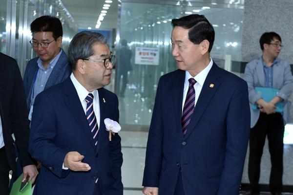 김상곤 교육부 장관과 이재정 경기도 교육감.