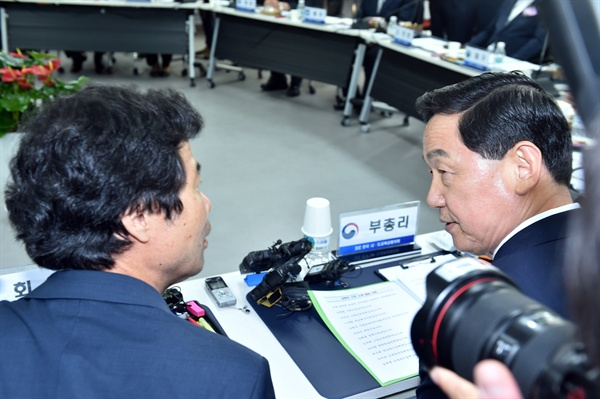 김승환 신임 교육감협의회 회장과 김상곤 교육부 장관.