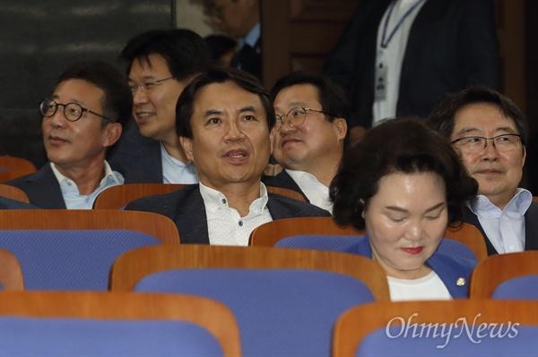 의총 참석한 김진태 김진태 자유한국당 의원이 12일 오후 서울 여의도 국회에서 열린 의원총회에 참석해 회의시작을 기다리고 있다.