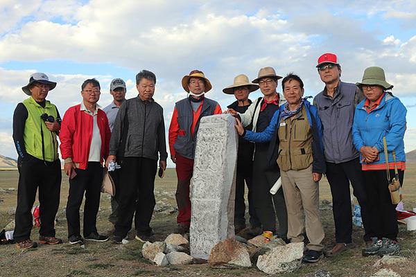 몽골초원의 적석총 앞에 서있는 비석에서 탁본을 뜬 후 기념촬영하는 답사단원들. 굉장히 의미있는 시간이었다.