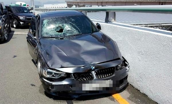 7월 10일 낮 12시50분경 김해공한 국제선청사 2층 출국장 문 앞에서 과속 질주하다 사고를 낸 BMW 차량.