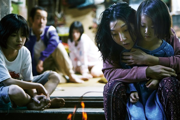 영화 <어느 가족>의 한 장면.