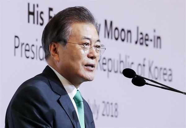 문재인 대통령이 싱가포르 국빈 방문 마지막 날인 13일 오전(현지시간) 오차드 호텔 그랜드볼룸에서 열린 '싱가포르 렉처'에서 연설하고 있다.