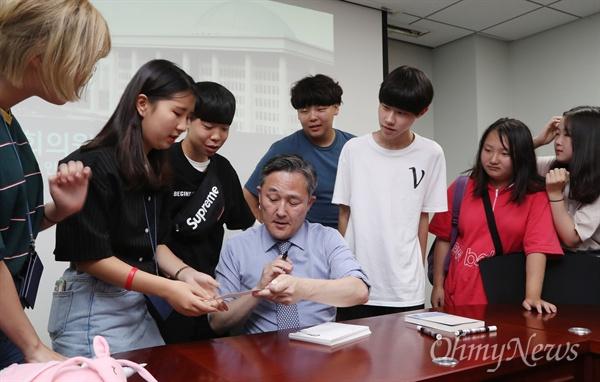 표창원 더불어민주당 의원이 13일 오후 서울 여의도 국회 의원회관을 방문한 꿈틀리인생학교 학생들에게 사인해주고 있다.