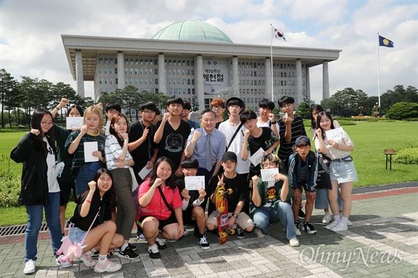 꿈틀리인생학교 학생들이 13일 오후 서울 여의도 국회에서 표창원 더불어민주당 의원을 만나 국회 잔디마당에서 기념사진을 찍고 있다.