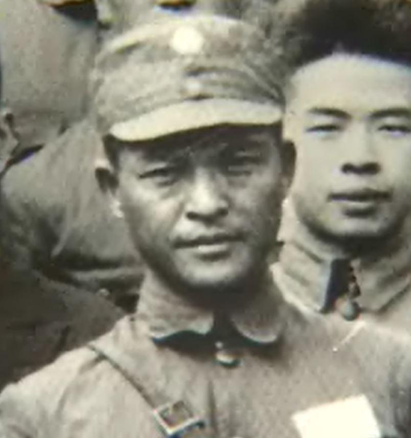 약산 김원봉 장군 약산 김원봉 장군은 1920년대 일제의 간담을 서늘하게 했던 '의열단'을 창설한 인물이다. 1930년대엔 중국 난징에 조선혁명군사정치간부학교를 세운 뒤 애국지사를 직접 길러냈다. 이후엔 항일운동의 선봉을 맡았던 조선의용대를 창설, 총대장을 맡았다. 일본은 약산에게 지금 가치로 320억 원 이상의 현상금을 걸었다.
