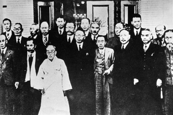 1945년 12월 3일, 임시정부요인 귀국기념 사진 앞줄 가운데가 김구 선생, 오른쪽 상단에 부리부리한 눈매를 보이는 이가 김원봉 장군이다.