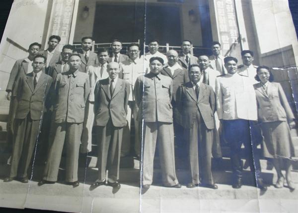 김원봉과 김일성 김원봉 장군은 1948년 자발적으로 월북했다. 이후 북한의 국가검열상이 됐다. 사진 가운데가 수상 김일성, 왼쪽에 선글라스 낀 인물이 국가검열상 김원봉이다.